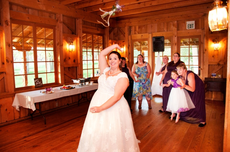Bride throwing bouquet, photographers in durango co, durango co photographers, durango photography