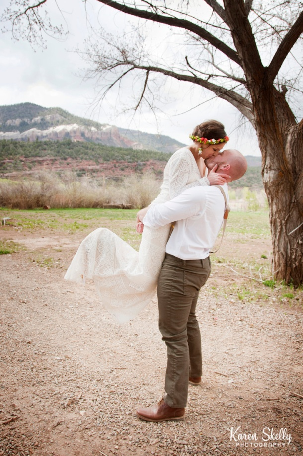 Bride and Groom kissing in bear hug, durango photographers, durango photography, photographers in durango co