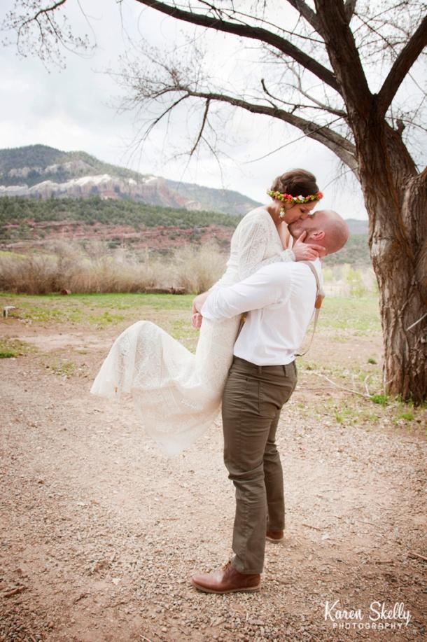 Bride and Groom kissing in bear hug, durango photographers, durango photography, photographers in durango co